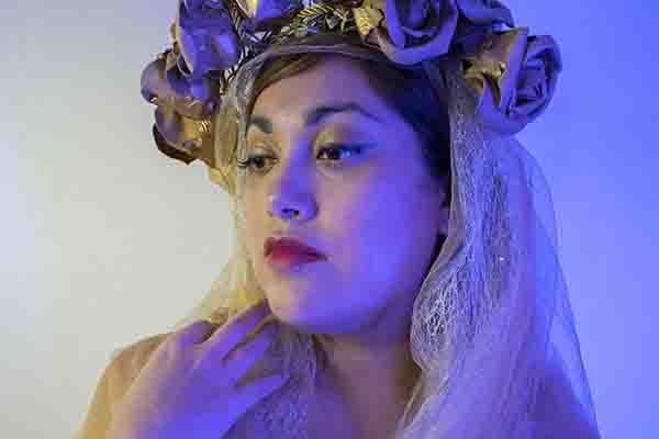 Reina Minerva invita a enfrentar los miedos en nuevo single «El Mundo a Mis Pies»